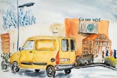 La voiture jaune dans la zone commerciale Leclerc